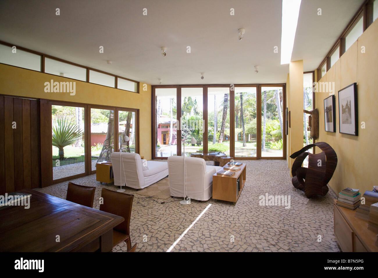 White sedie a sdraio nella moderna openplan soggiorno e sala da ...