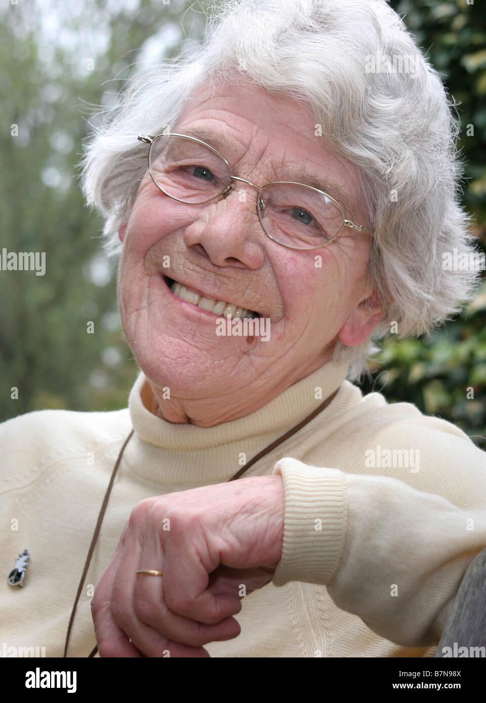 Jean Kaye ora 80 era un importante attivista per la pace negli anni ottanta prese 2006 Oxfordshire Immagini Stock