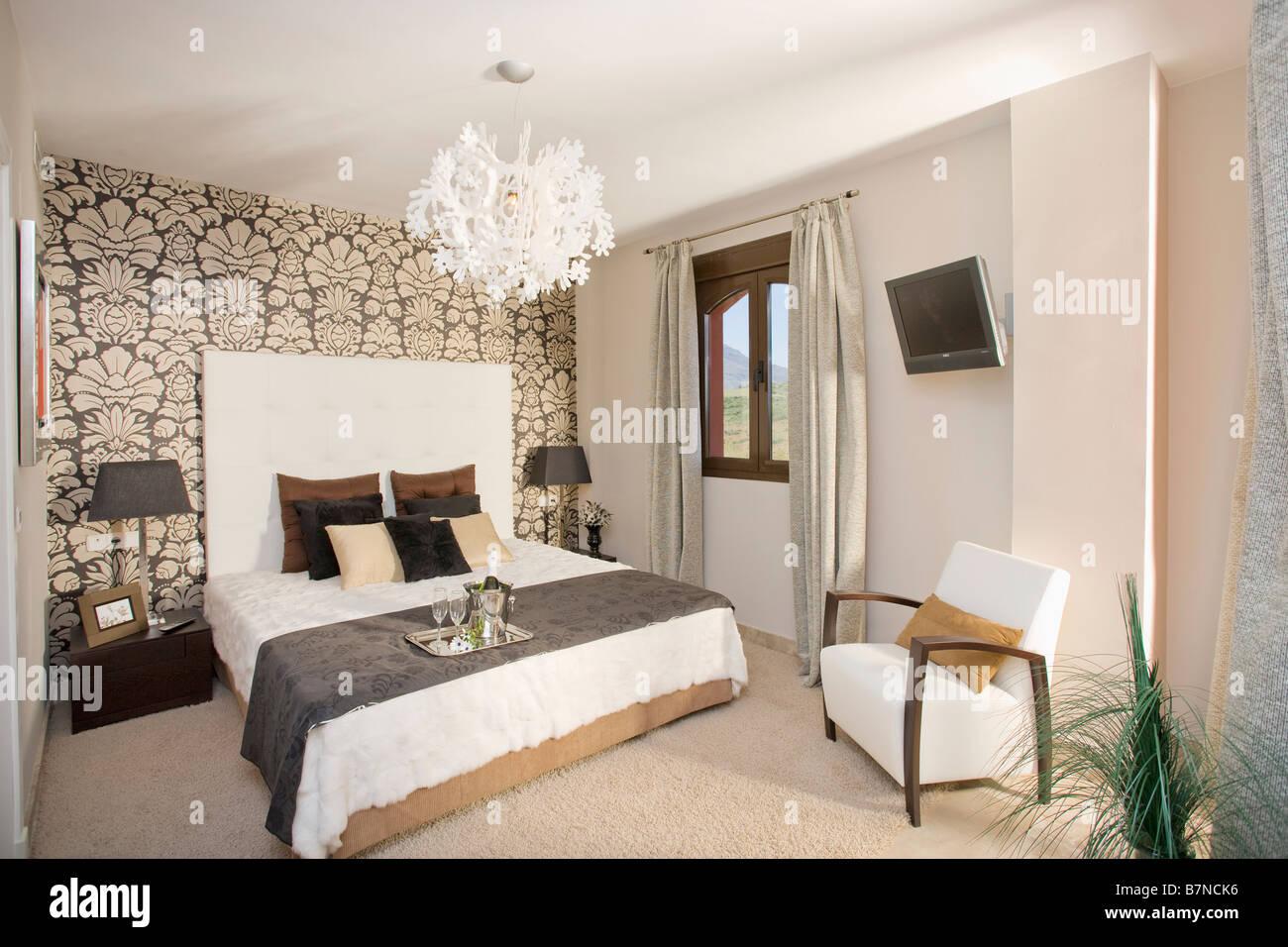 Camera Da Letto Bianca E Nera bianco e nero carta da parati sulla parete dietro il letto