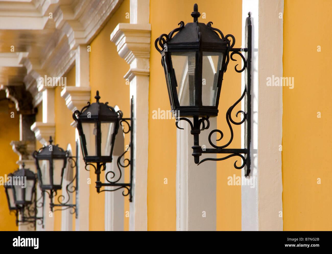 Colonial Granada architettura, Hotel La Gran Francia wrougtht lampade in ferro Immagini Stock