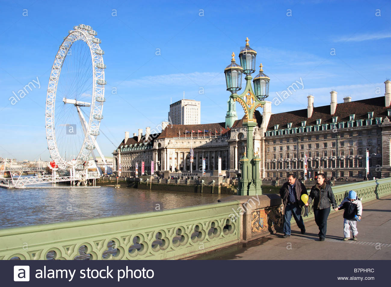 Il London Eye al di là del fiume Tamigi Foto Stock