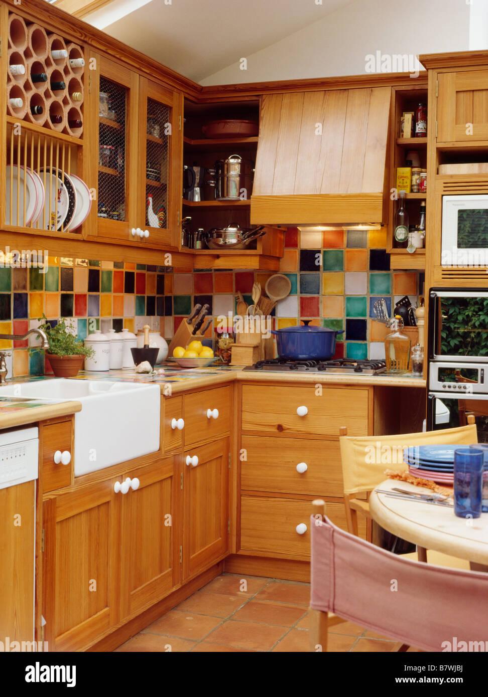 Multi colorate piastrelle a parete in cucina sala da pranzo Camera ...