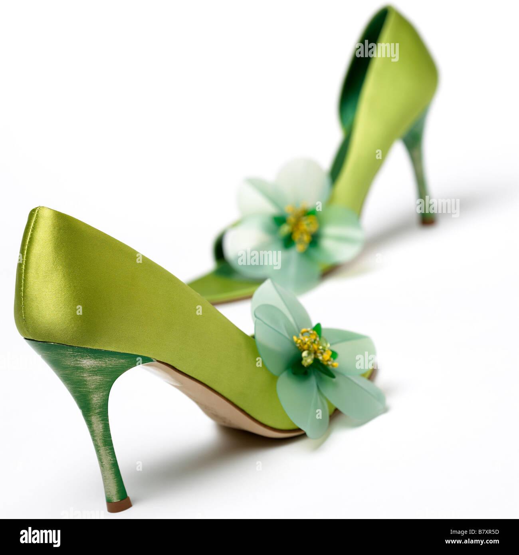 Una coppia di fantasia scarpe verdi su sfondo bianco Foto   Immagine ... b3732083cd7