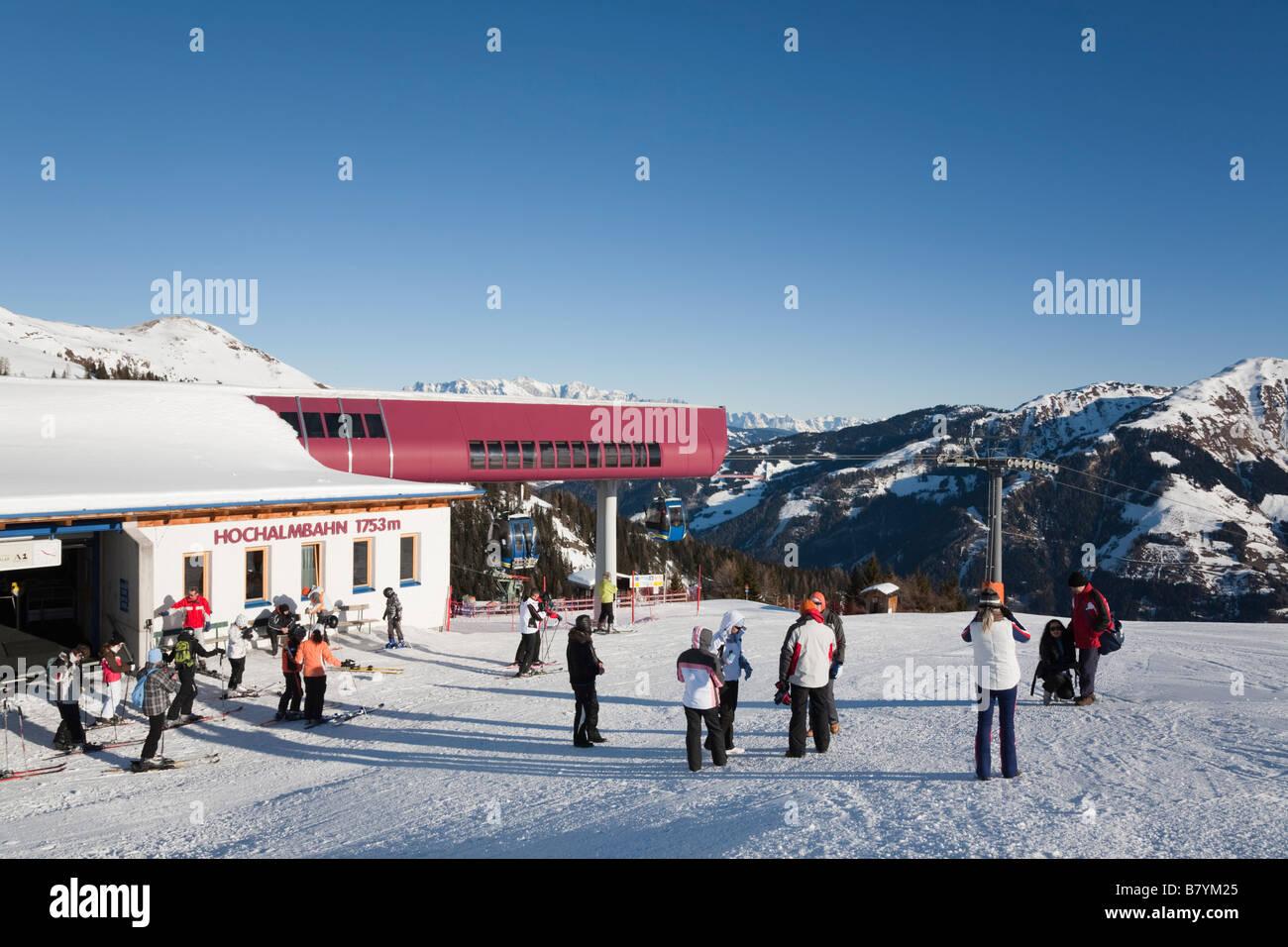 Gli sciatori e gli escursionisti su pista pendio di neve da Hochalmbahn stazione gondola in Nationalpark Hohe Tauern Immagini Stock