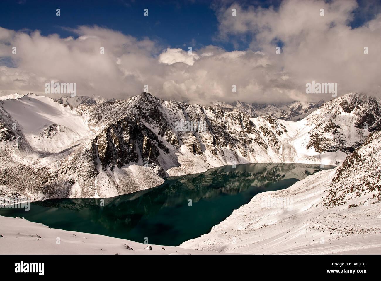 Il paesaggio di Ala Kol Karakol valle del Kirghizistan Immagini Stock