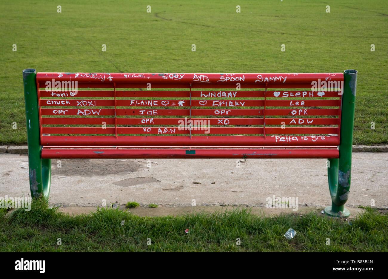 Graffiti su una panchina nel parco Marrowbone Milennium Park Oldpark Belfast. Immagini Stock