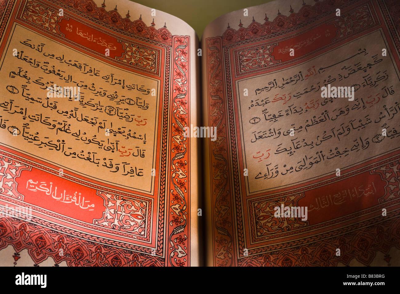 Pagine di testo in un Corano Immagini Stock