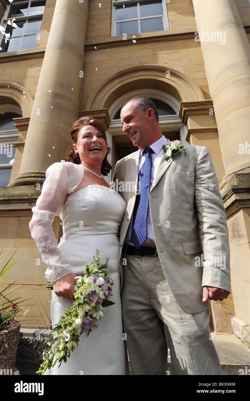 Coppia di novelli sposi al di fuori di un ufficio del registro di sistema, North Yorkshire Modello rilasciato Immagini Stock