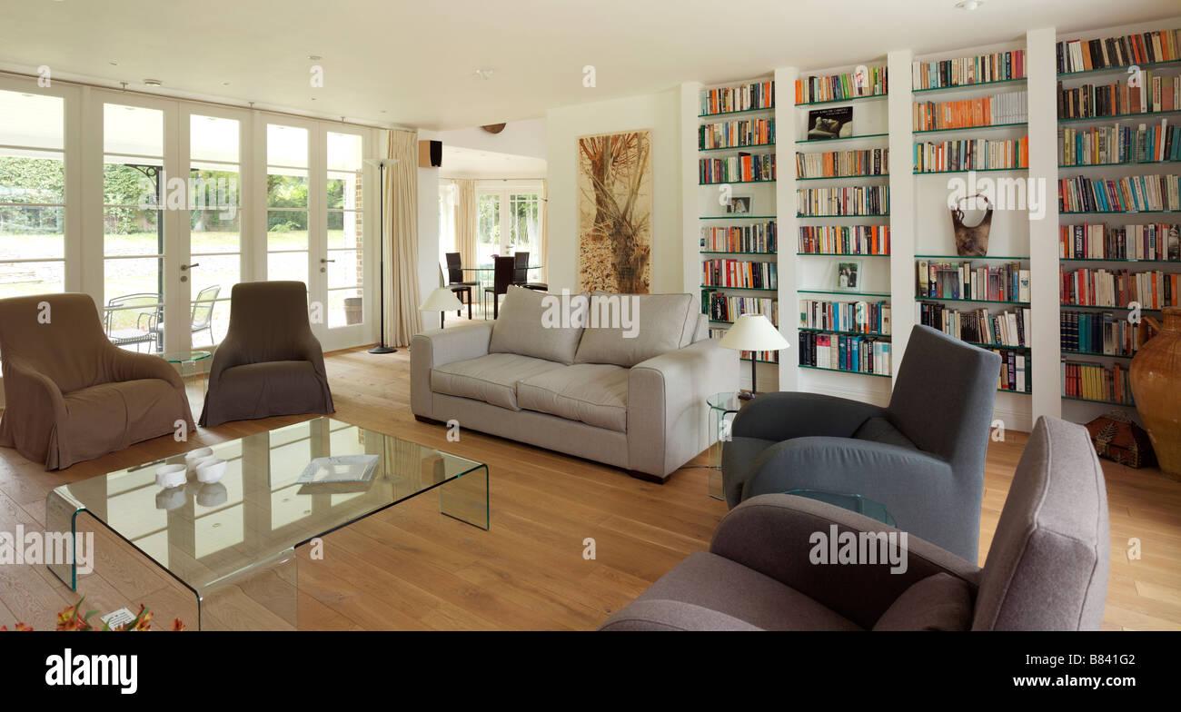 Salotto Moderno Grande : Soggiorno moderno con arredamento neutro e grande parete prenota