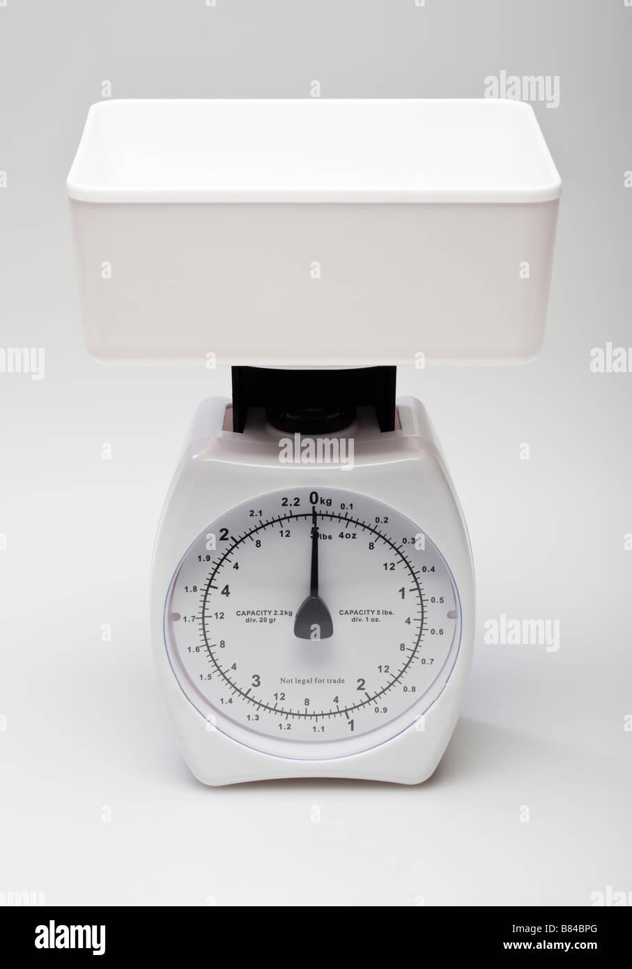 In plastica bianca bilancia da cucina su bianco Immagini Stock