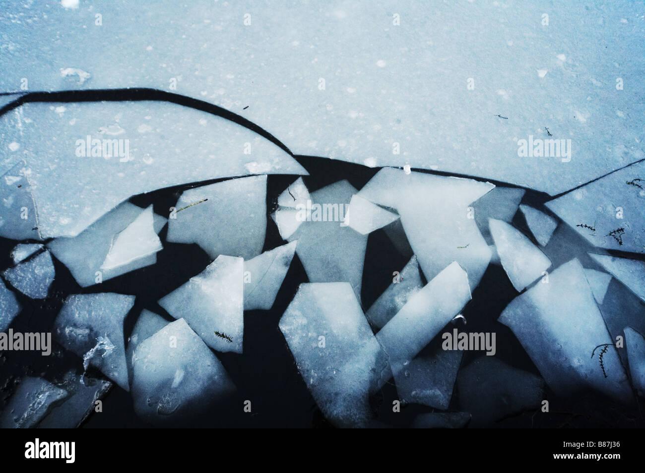 Hampstead Heath Londra uk lago di acqua di stagno di ghiaccio rotto pericolo pericolosi pericolosi pericolo la salute Immagini Stock