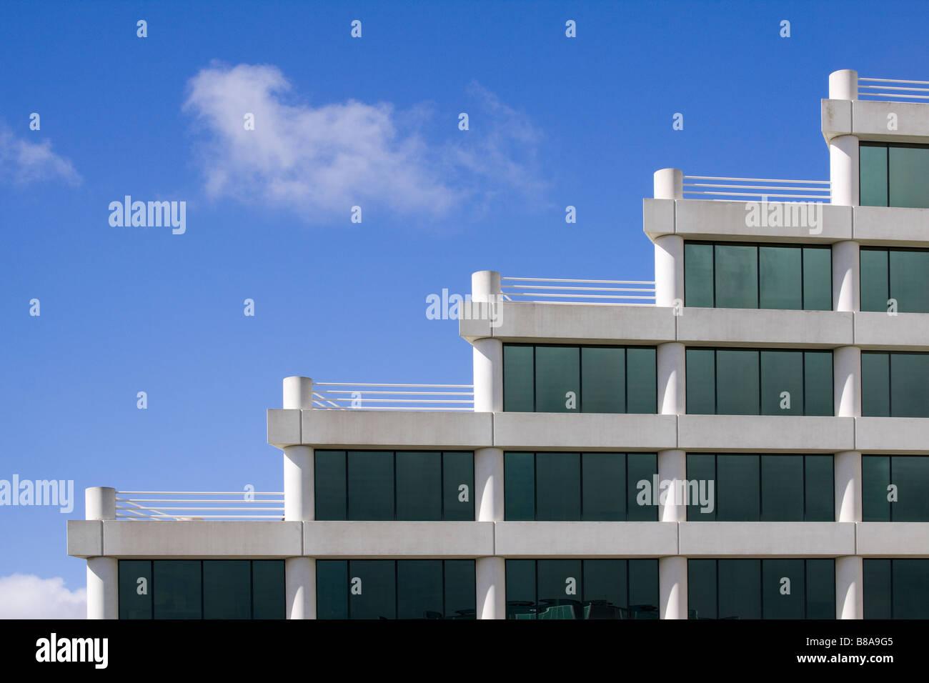 Dettagli architettonici di ufficio moderno edificio con terrazze sul tetto in un modello di stairstep Silicon Valley Immagini Stock