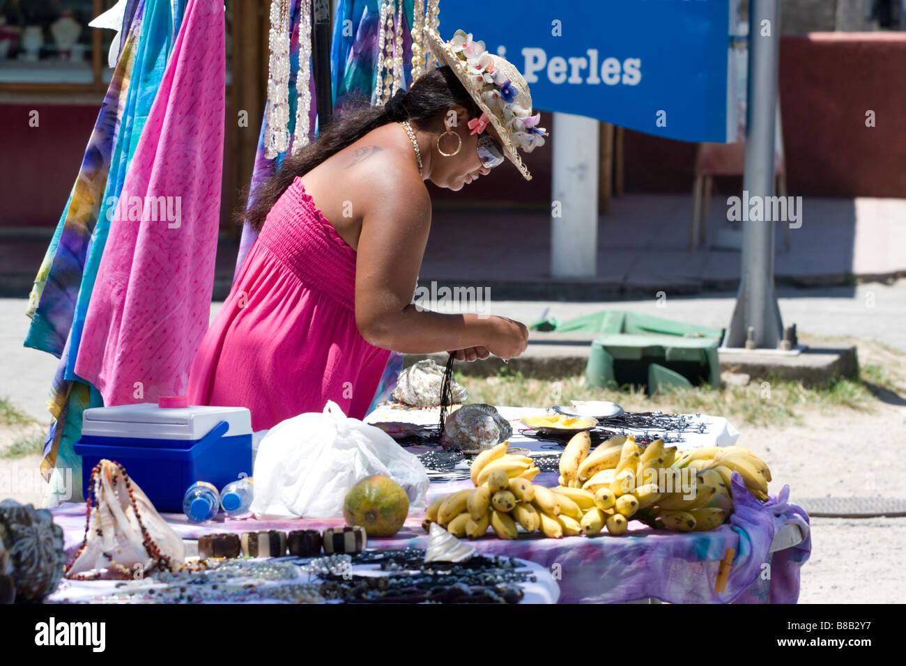 Frutta e gingillo venditore di mercato Immagini Stock
