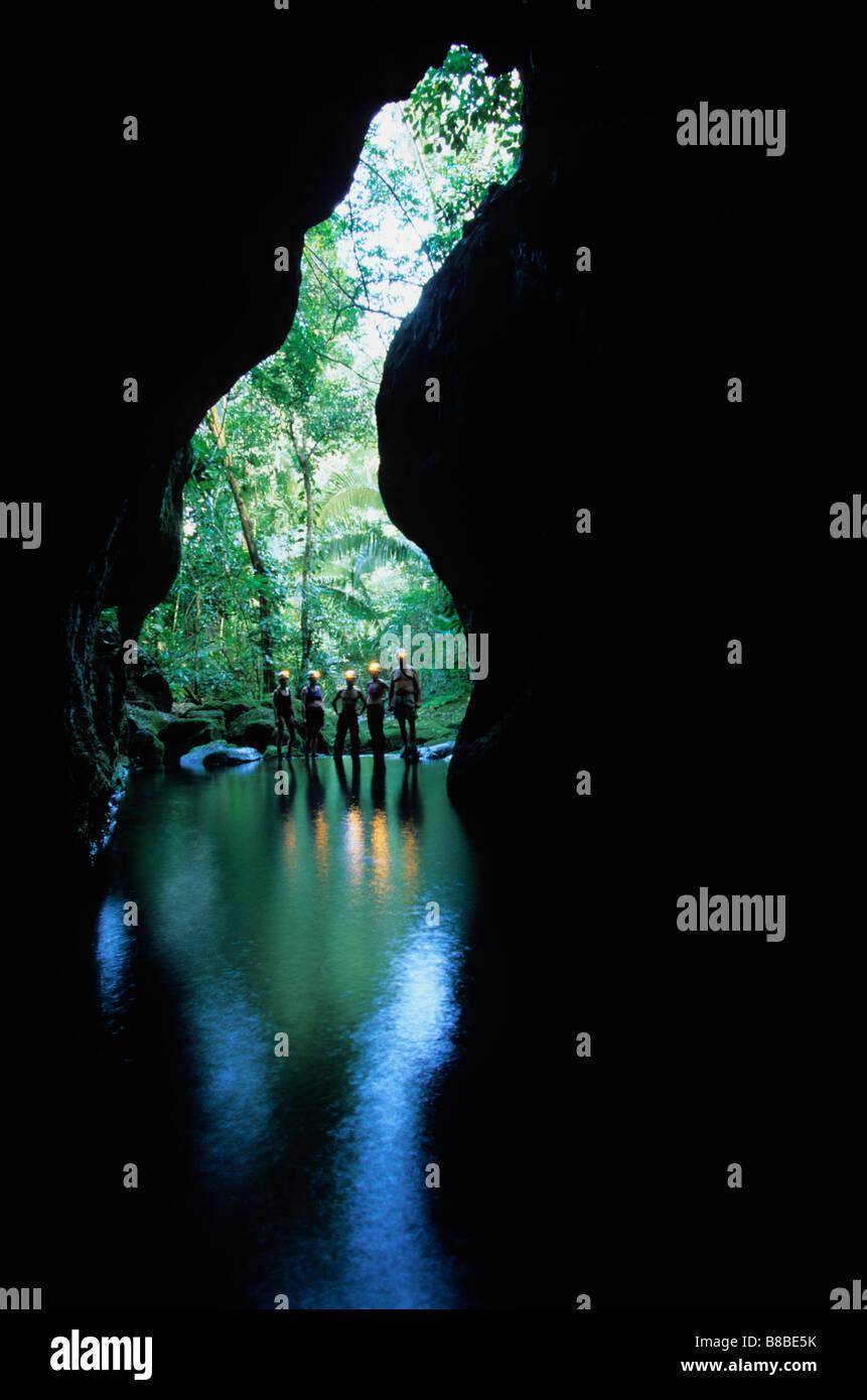 Le persone guardano in entrata della caverna, Belize Immagini Stock