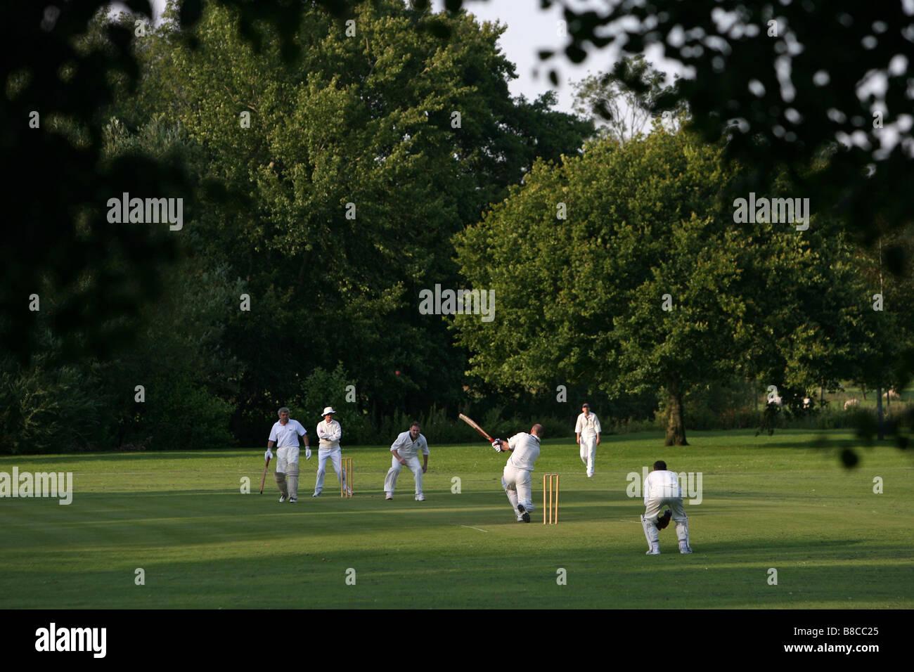 Una partita di cricket che viene giocato nella campagna inglese. Immagini Stock