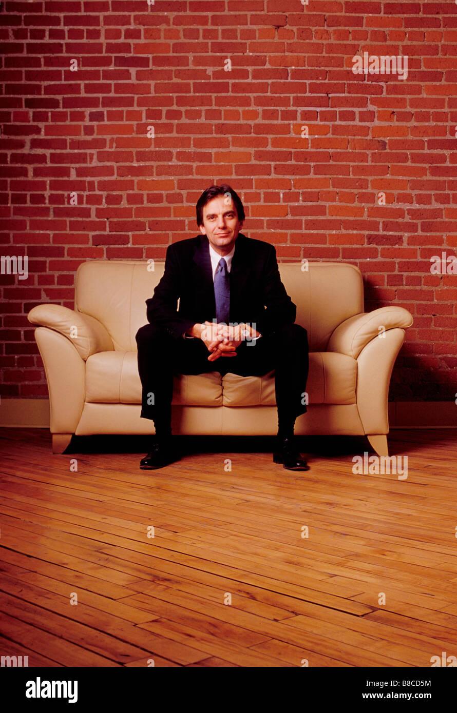 FL6218, mucca pazza Studio; imprenditore divano vuoto fice, nuovo concetto di Business Immagini Stock