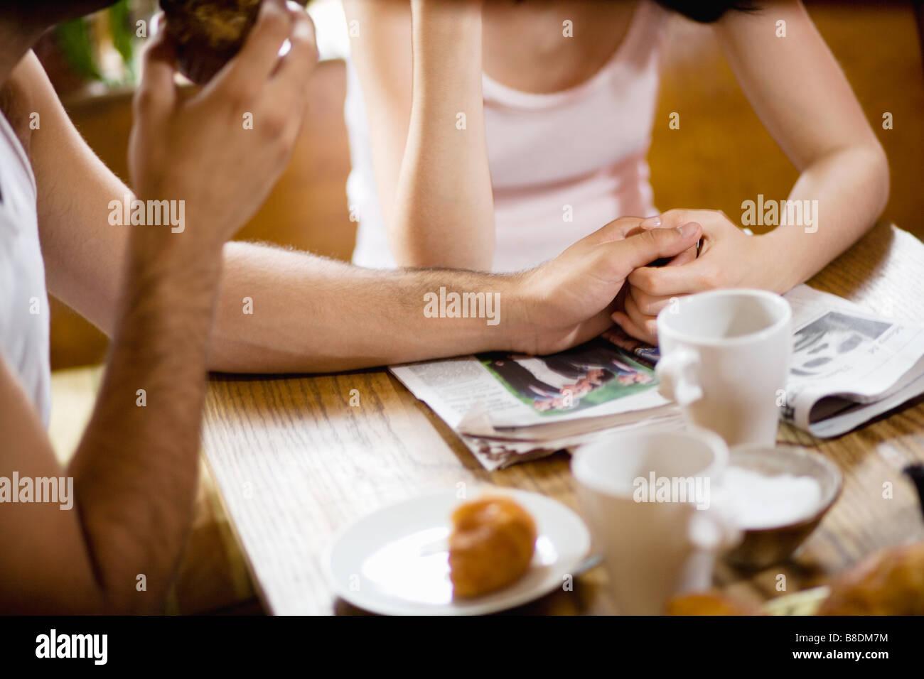 Immagine ritagliata di un giovane a colazione Immagini Stock