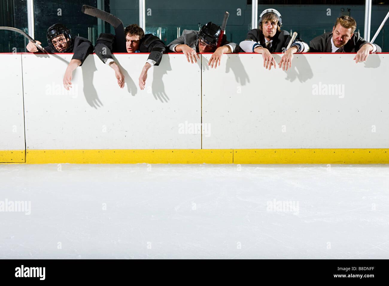 Imprenditori la riproduzione di hockey su ghiaccio Immagini Stock