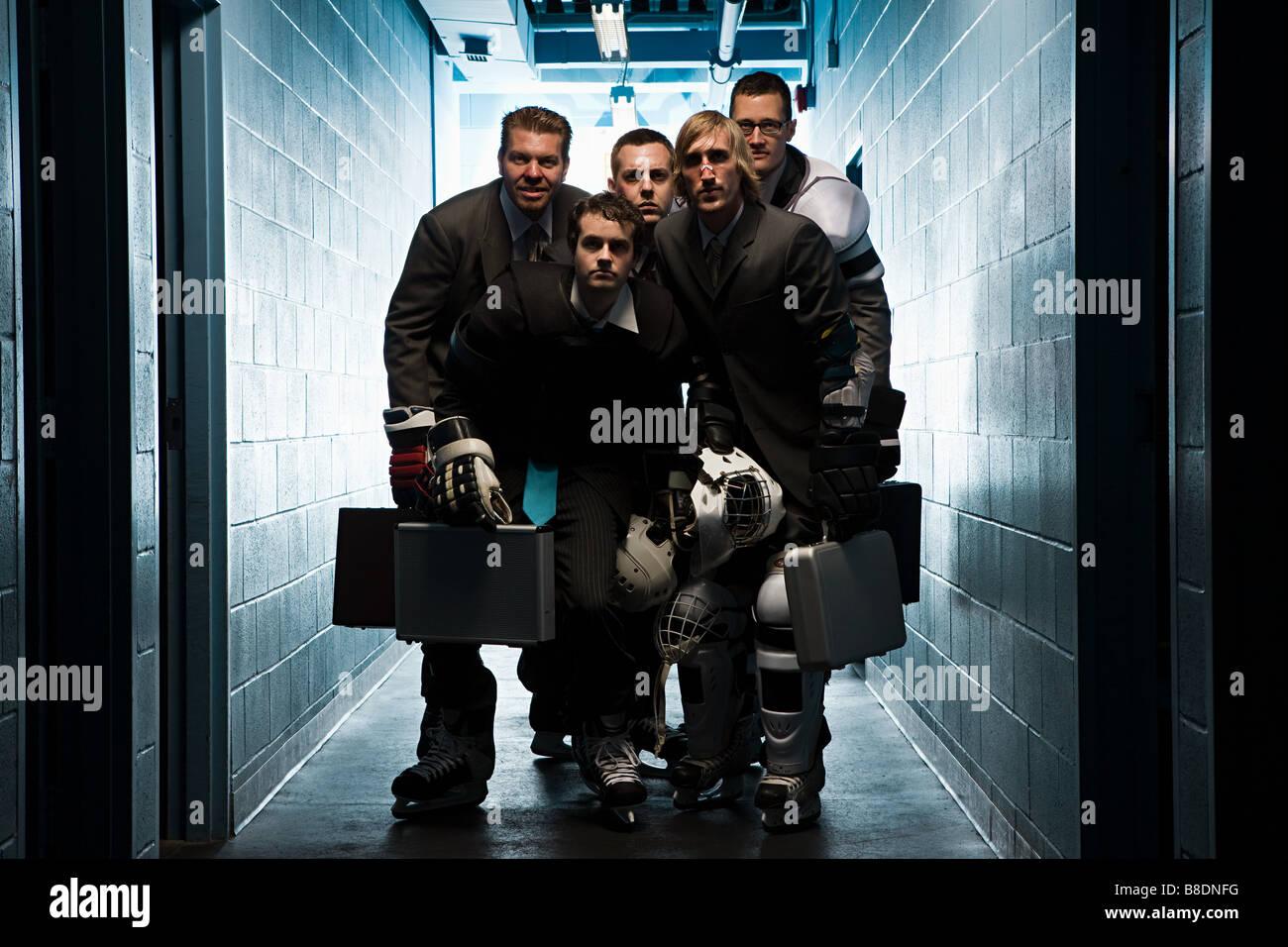 Cinque uomini di affari che indossa hockey su ghiaccio uniformi Immagini Stock