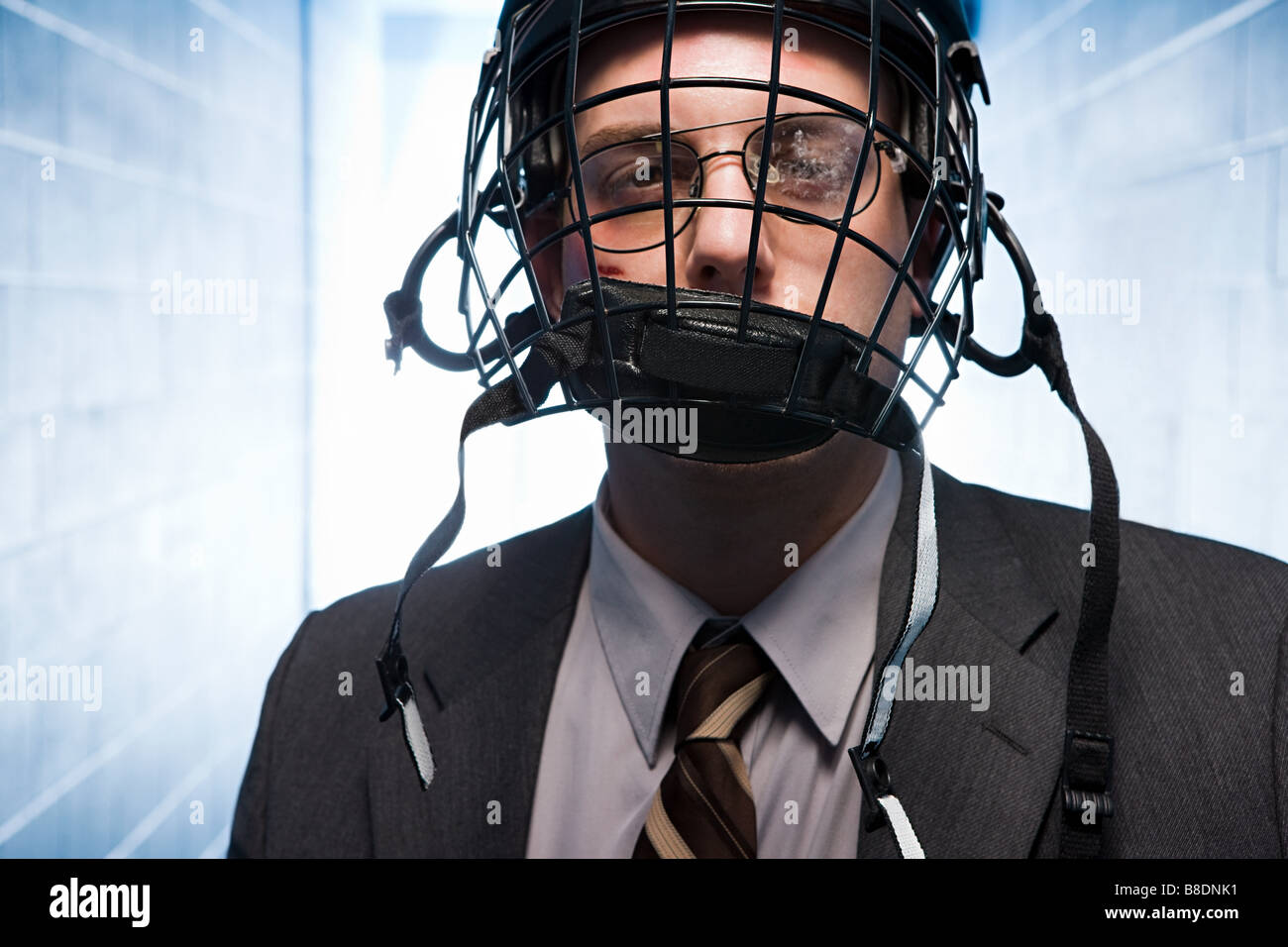 Imprenditore ferito indossando un ice hockey Casco Immagini Stock