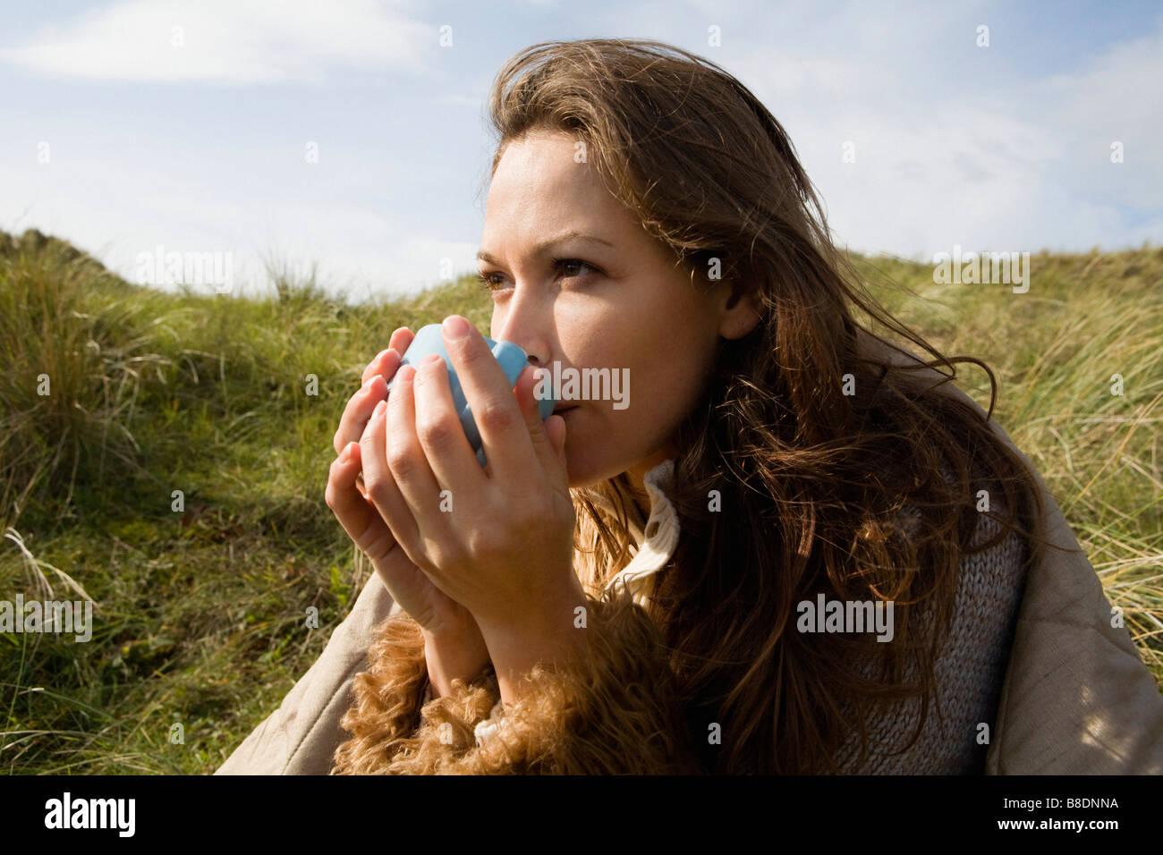 Donna all'aperto con bevande Immagini Stock