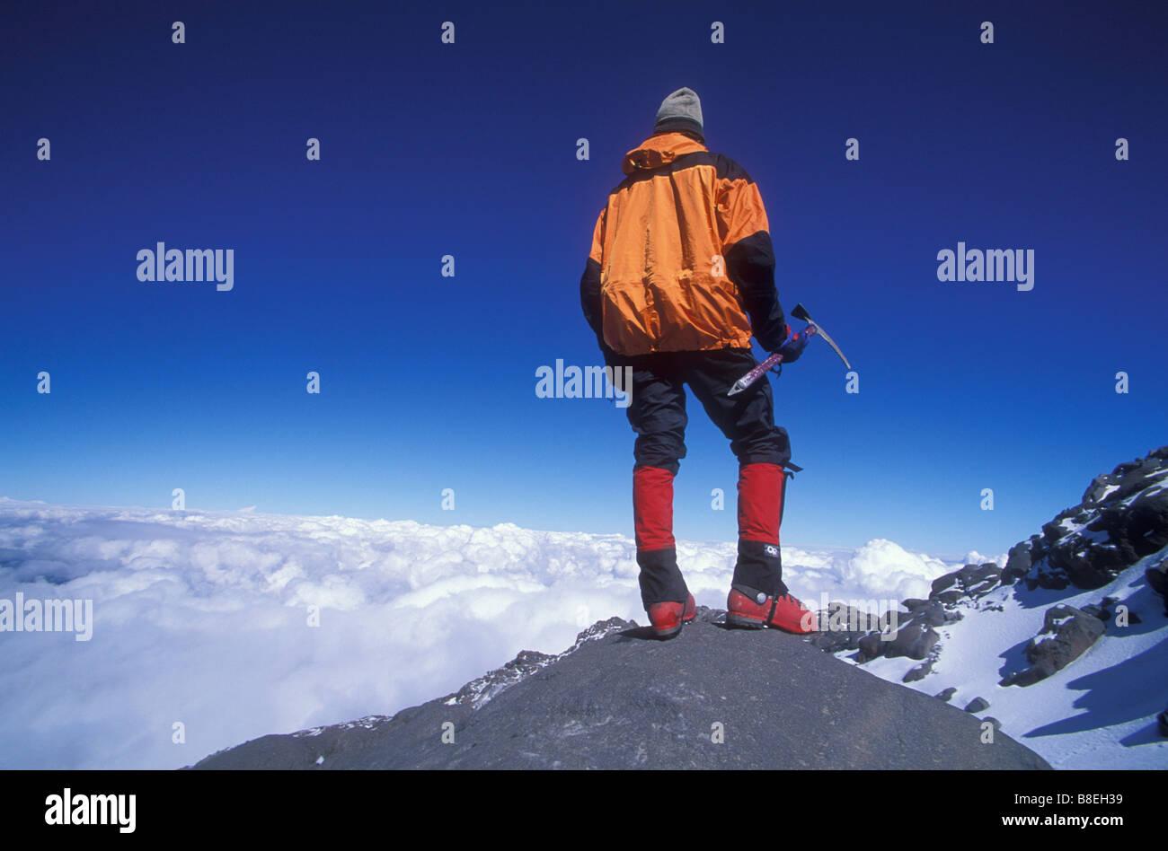L'alpinista si gode della vista a distanza mentre si sta in piedi sul El Pico de Orizaba in Messico Immagini Stock