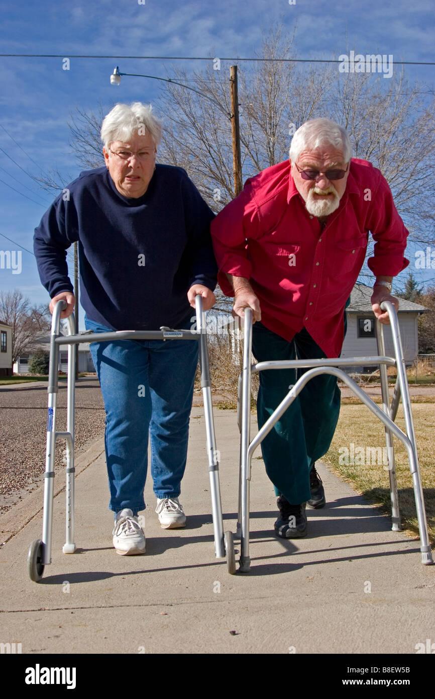 Coppia di anziani si prepara a corsa utilizzando i camminatori, concorrenza Foto Stock