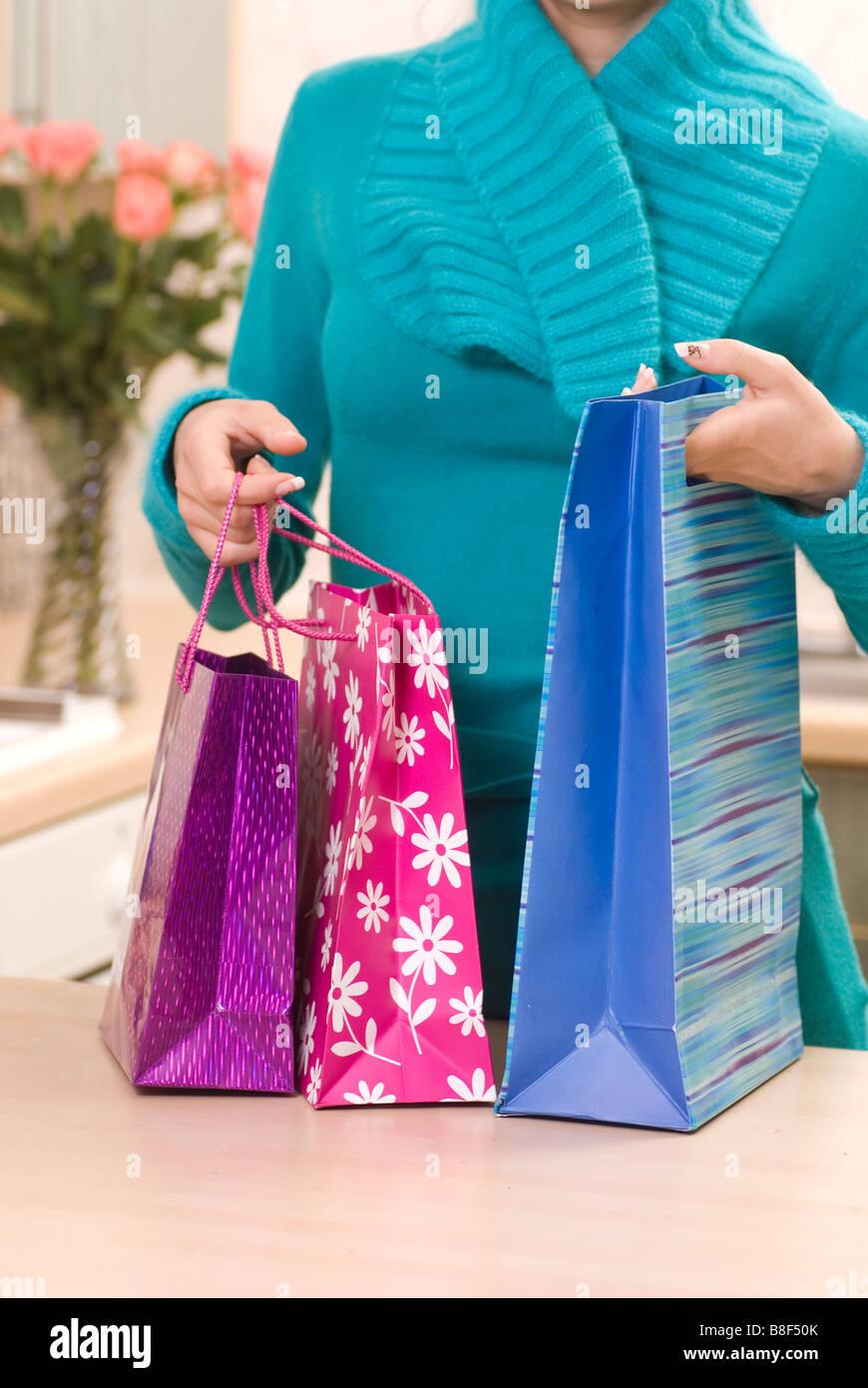 Donna che arrivano a casa con le borse della spesa Immagini Stock
