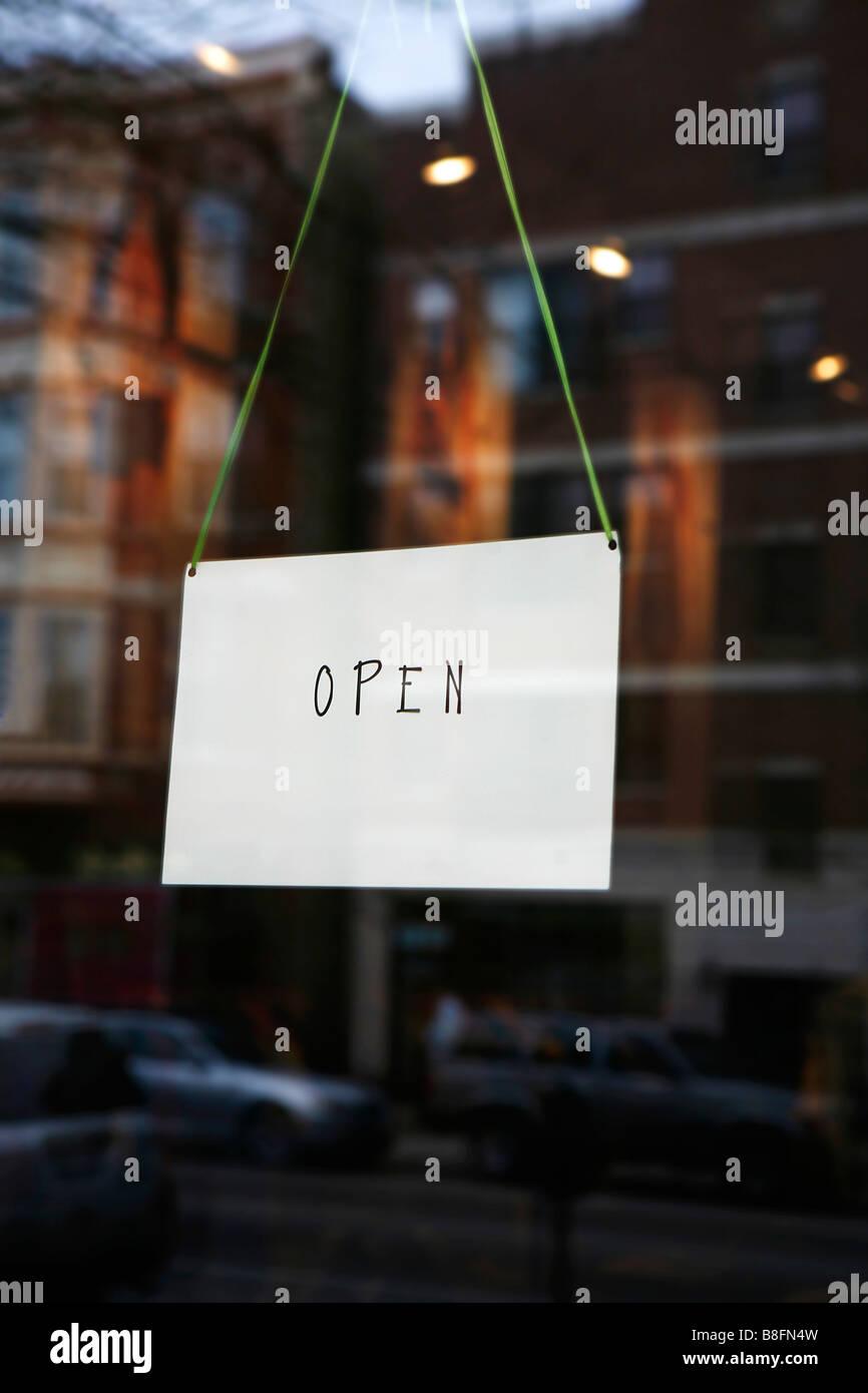 Aprire il segno su small business porta Immagini Stock