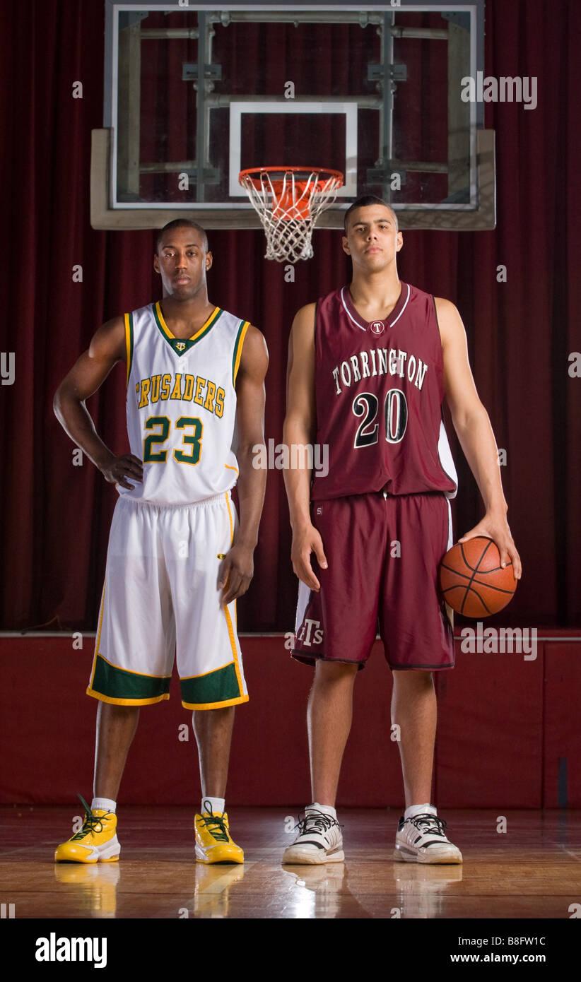 Due di alta scuola i giocatori di basket, sia quasi sette metri di altezza, nel Connecticut USA Immagini Stock