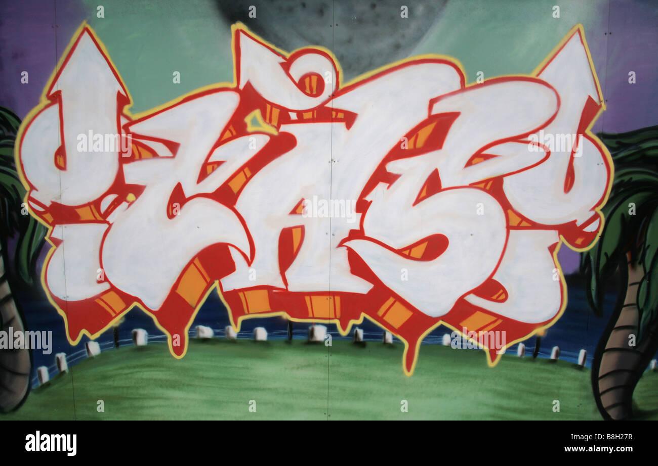 Graffiti a decorare le pareti del muro di cinta Costera di Panama City. Immagini Stock