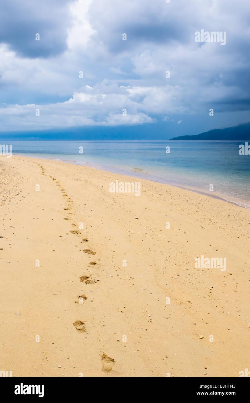 Impronte in una spiaggia tropicale Immagini Stock