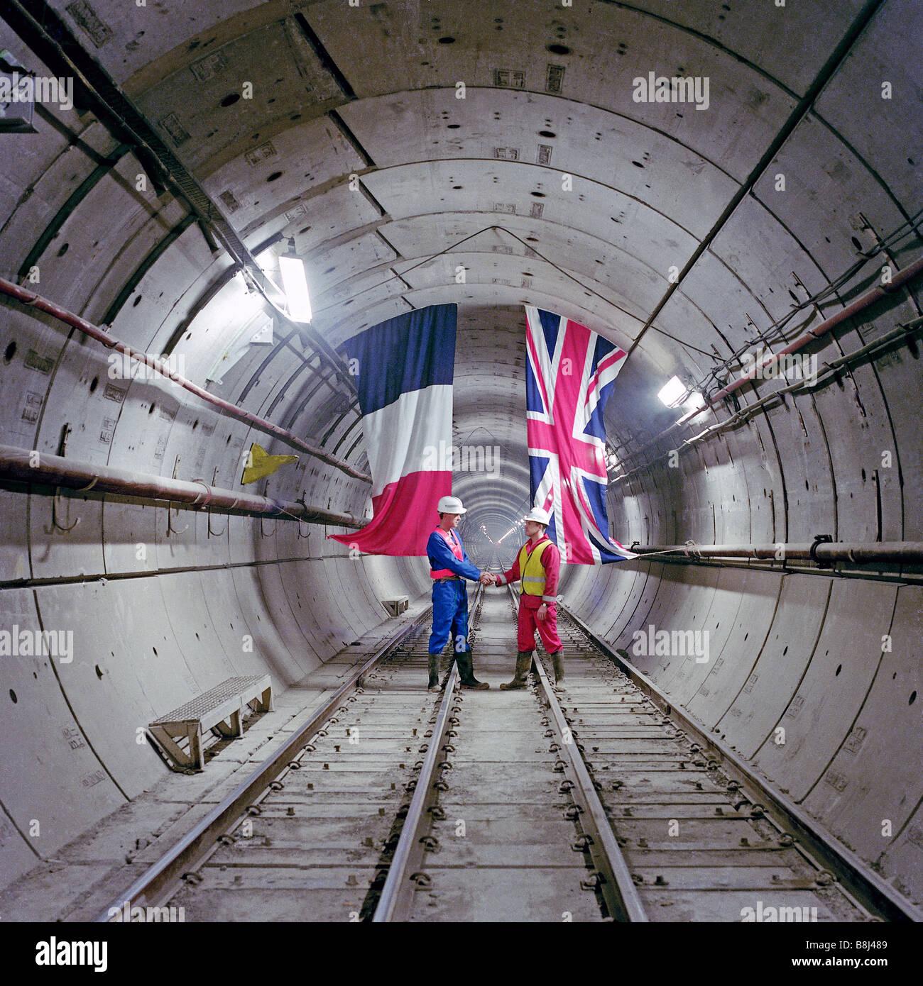 In un Channel Tunnel Rail tunnel, un francese e ingegnere britannico commemorare il primo collegamento di due paesi Foto Stock
