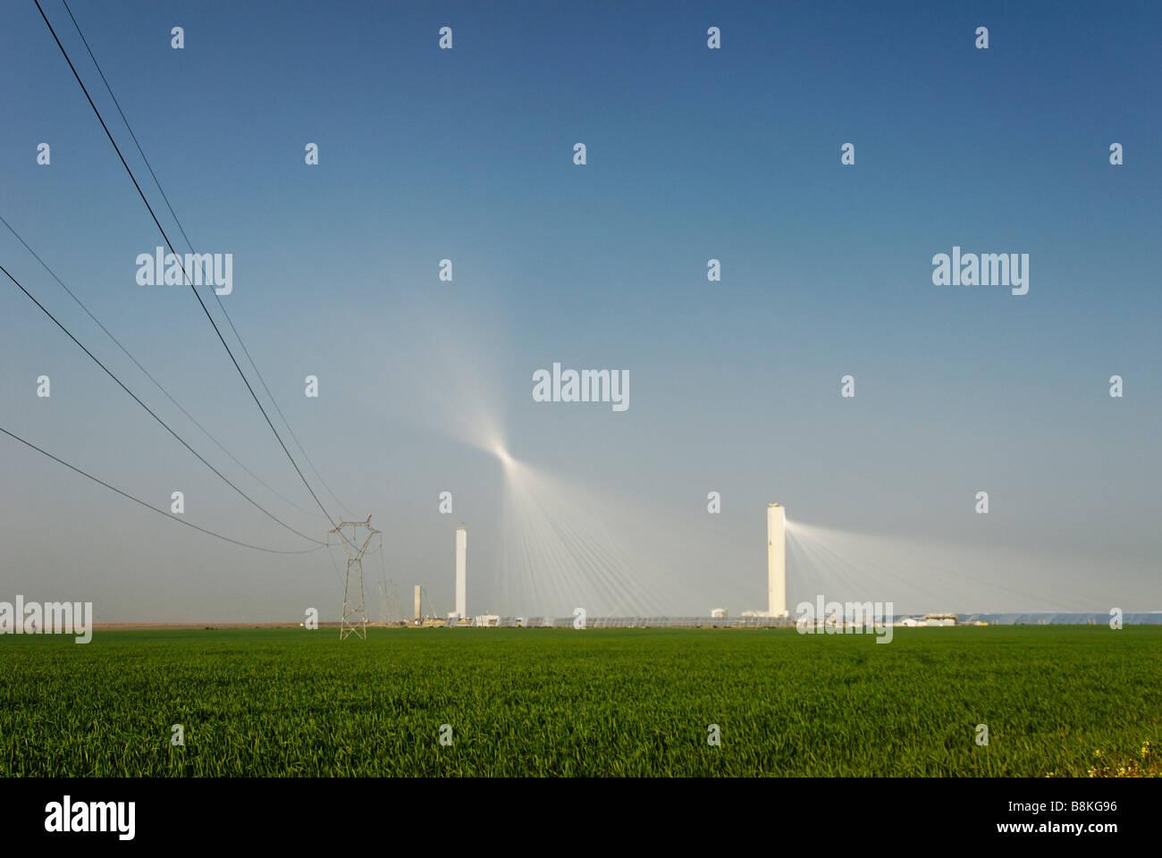 Il PS10 torre solare power plant produce pulire potenza termoelettrica dal sole - Abengoa Solúcar platform Immagini Stock