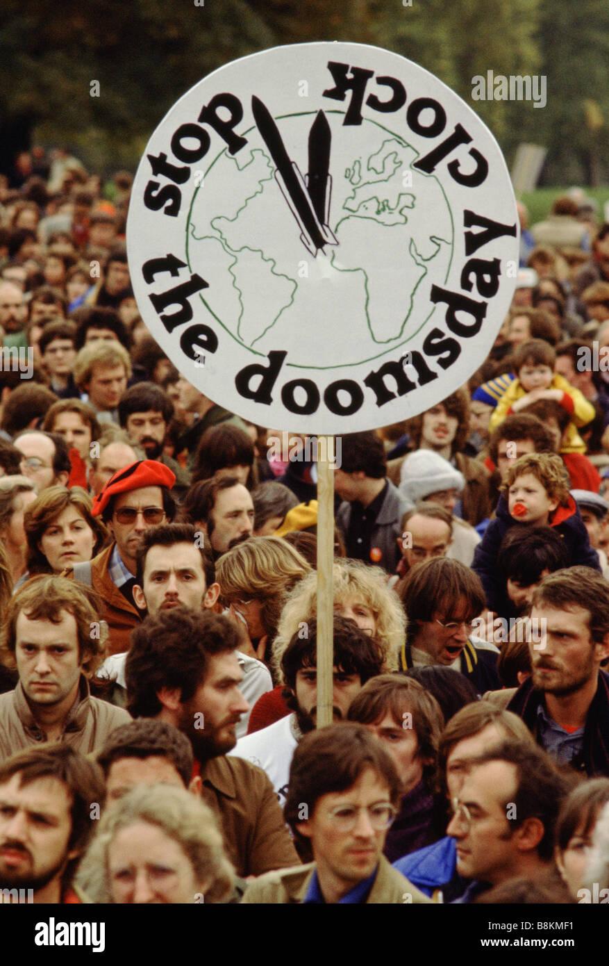 """Londra REGNO UNITO 24 ottobre 1981 Folla a CND demo. Un banner che dice """"oomsday: arrestare il clock' Immagini Stock"""
