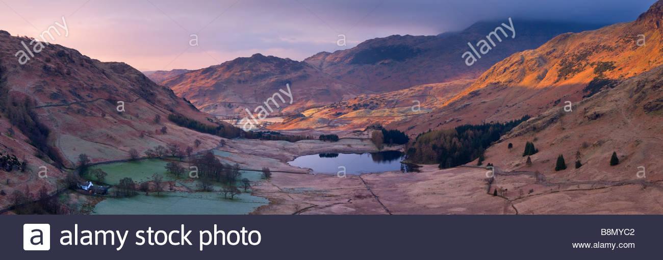 Vista in elevazione del Blea Tarn, Parco Nazionale del Distretto dei Laghi, Cumbria, Inghilterra, Regno Unito. Foto Stock