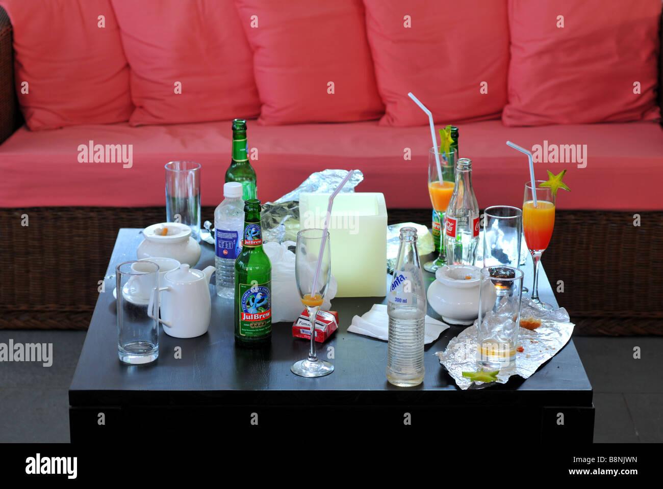 Svuotare bottiglie di bevande e bicchieri Immagini Stock