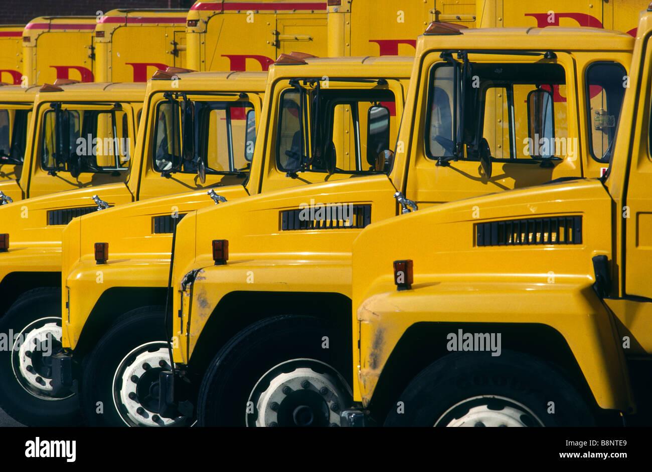 Una flotta di giallo camion di consegna Immagini Stock