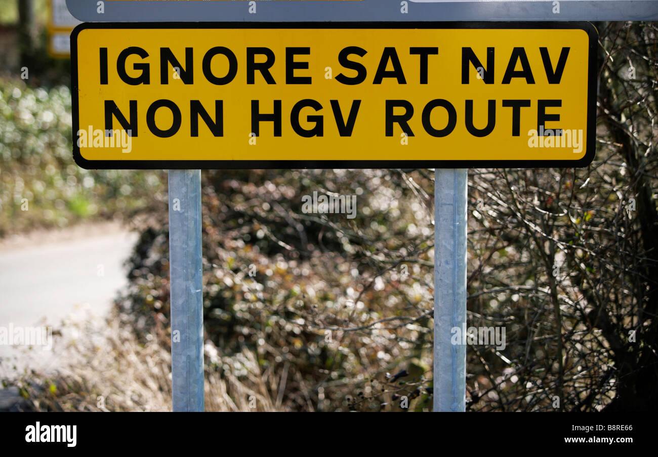 Un cartello stradale avvertenza camionisti di ignorare le direzioni i loro sistemi di navigazione via satellite Immagini Stock