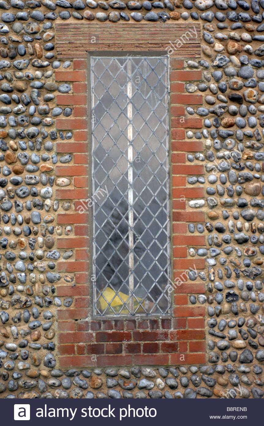 Flintknapping sull'esterno di Happisburgh Manor progettato dall architetto Detmar soffiare nel 1900 Immagini Stock