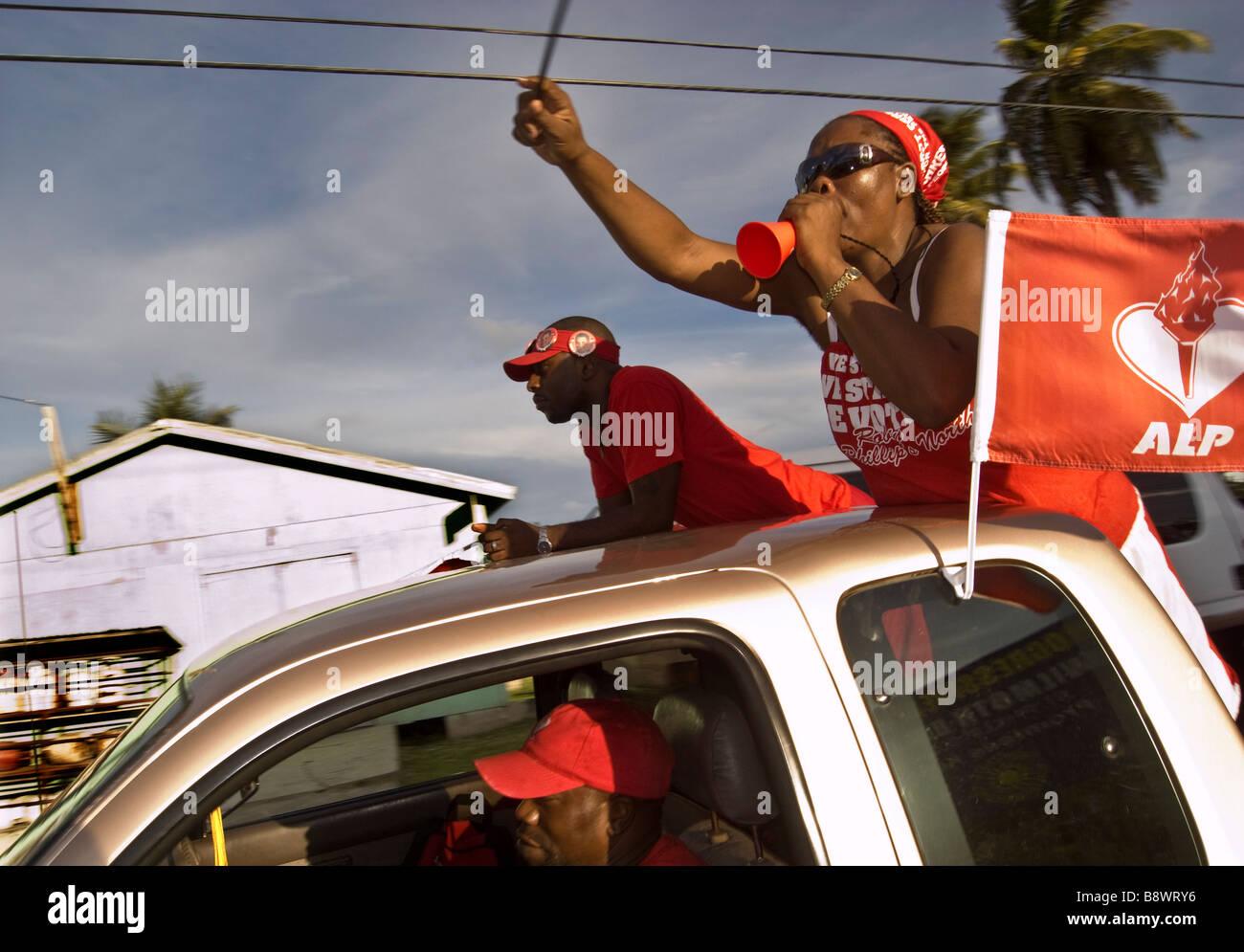 Antigua Labour Party sostenitori sul loro modo ad una politica di partito Rally Antigua Immagini Stock