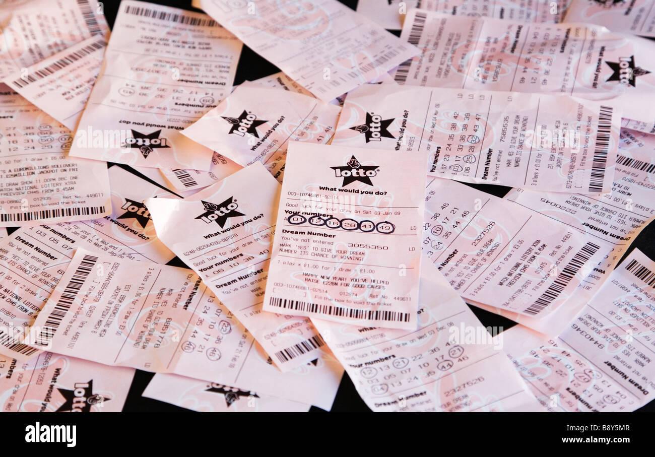 Un lotto vincente biglietto della lotteria tra lotti di non-biglietti vincenti. Regno Unito. Sei numeri cerchiati. Immagini Stock