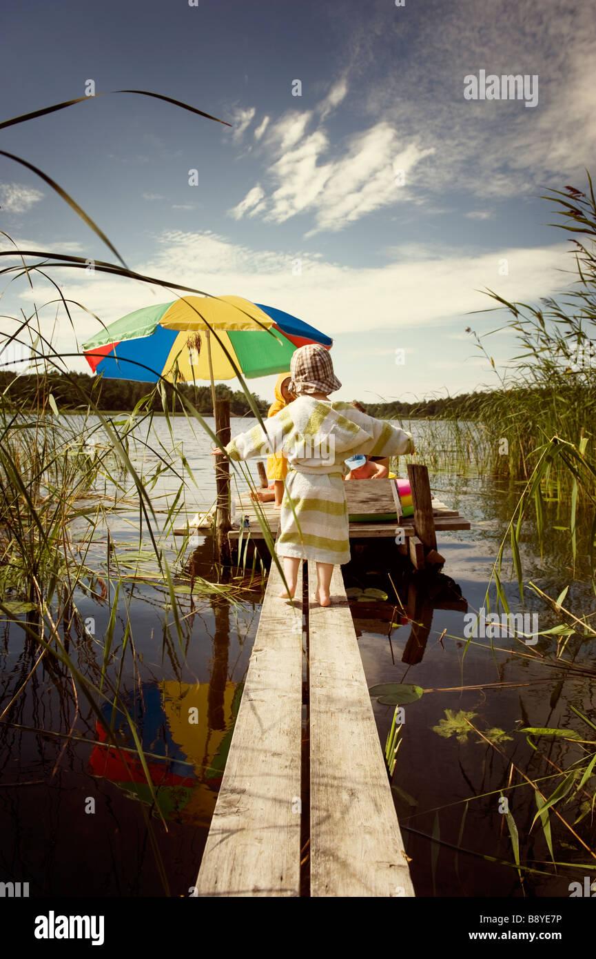 Una ragazza in equilibrio su un molo della Svezia. Immagini Stock