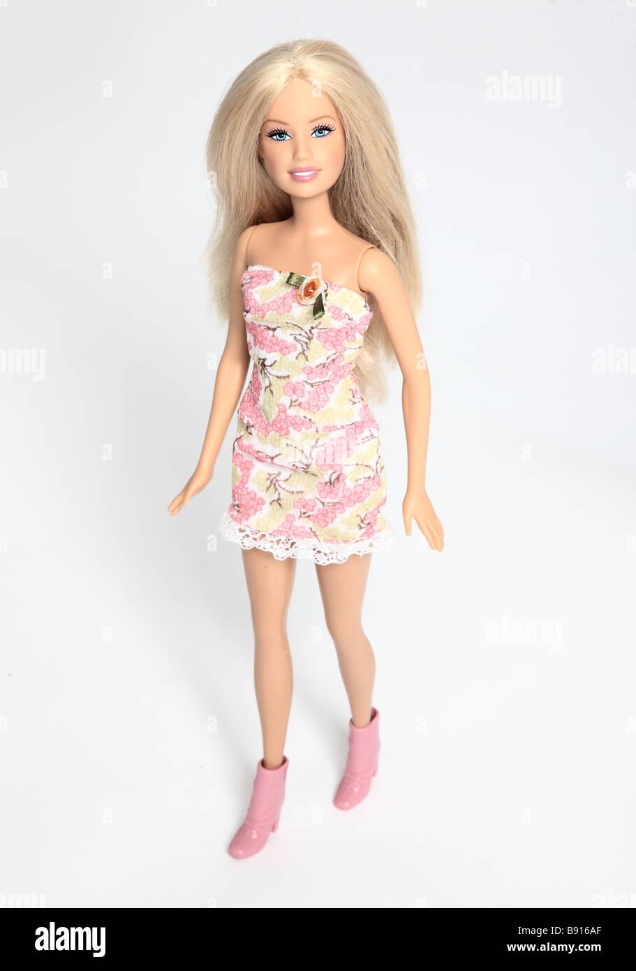 Bambola Barbie abito rosa. Immagini Stock