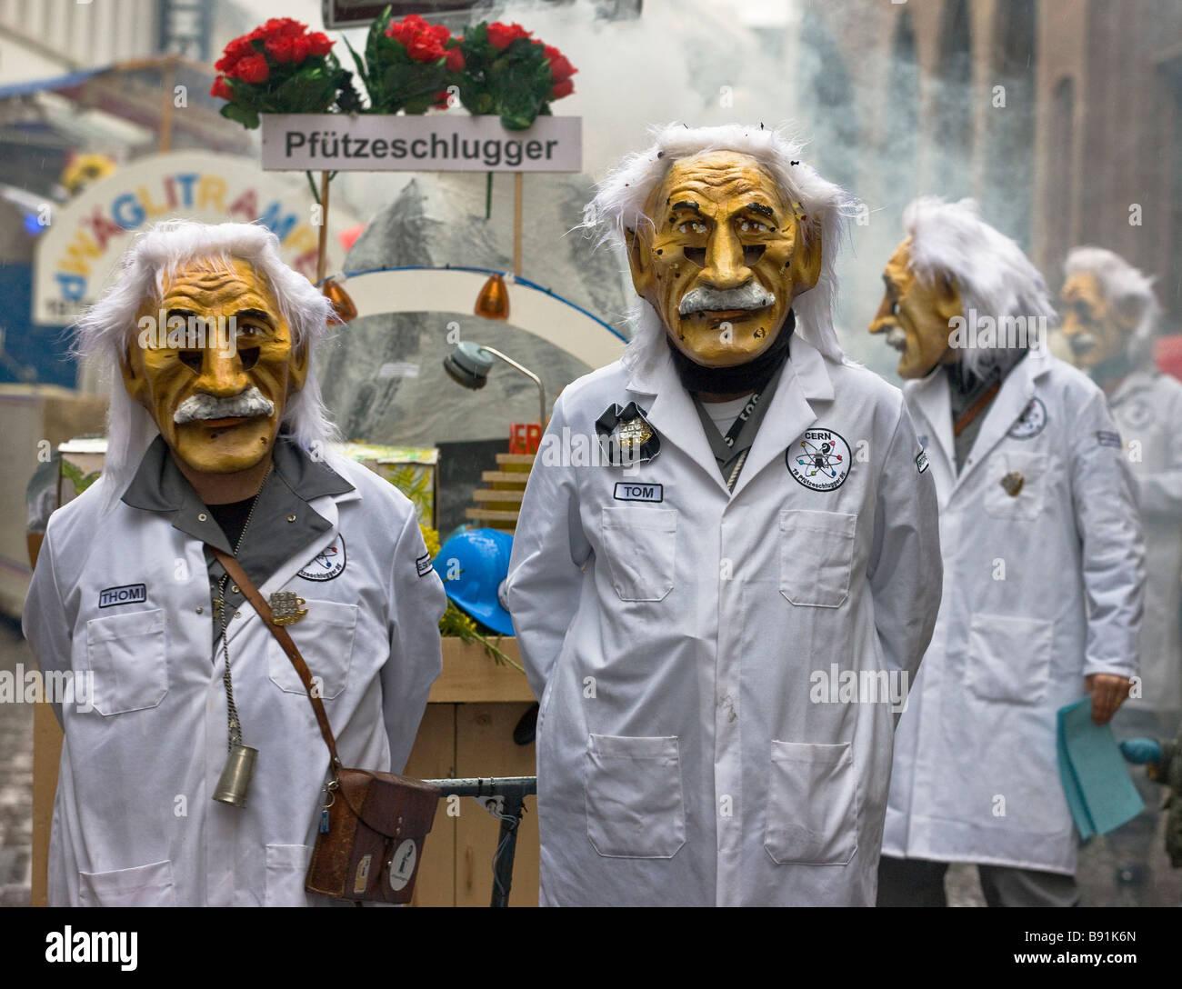 Dimostranti vestito come Einsteins nel carnevale, un winter carnival nel nord-ovest la città svizzera di Basilea Immagini Stock
