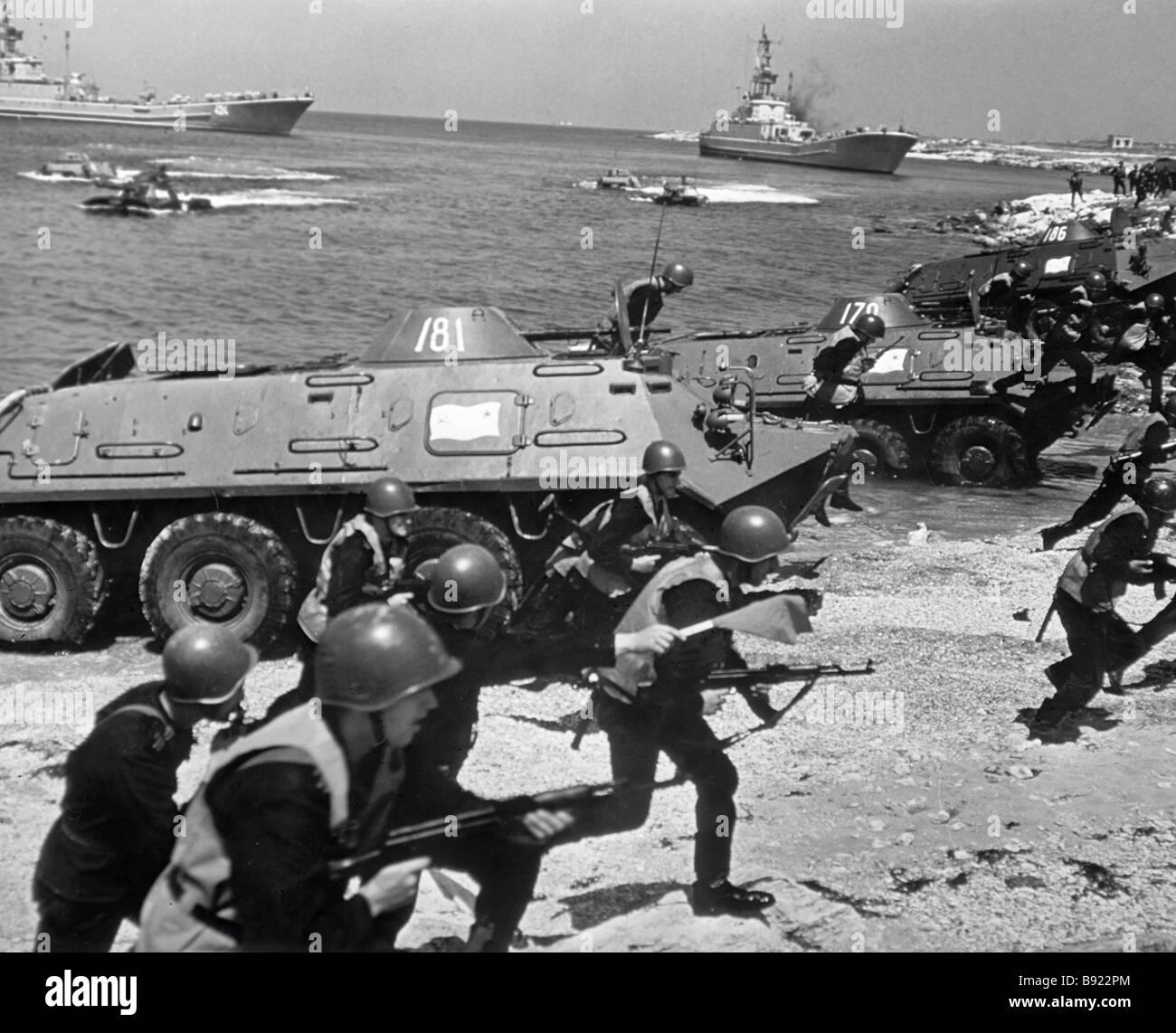 I marines fanno un sostenitore armor sbarco Immagini Stock