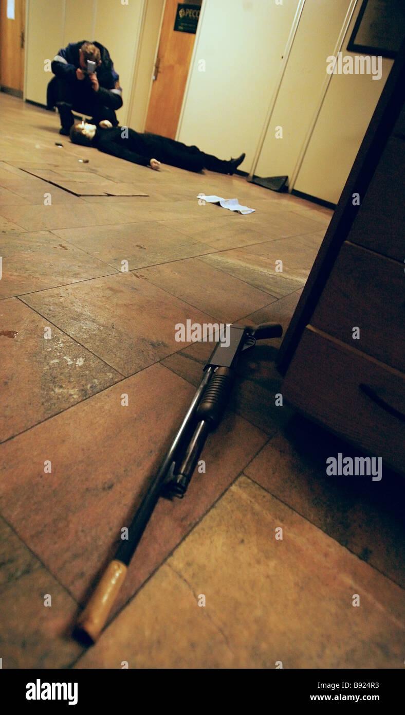 Una persona non identificata si è suicidato sul primo piano della materia prima industriale importatore Promsyryeimport Immagini Stock