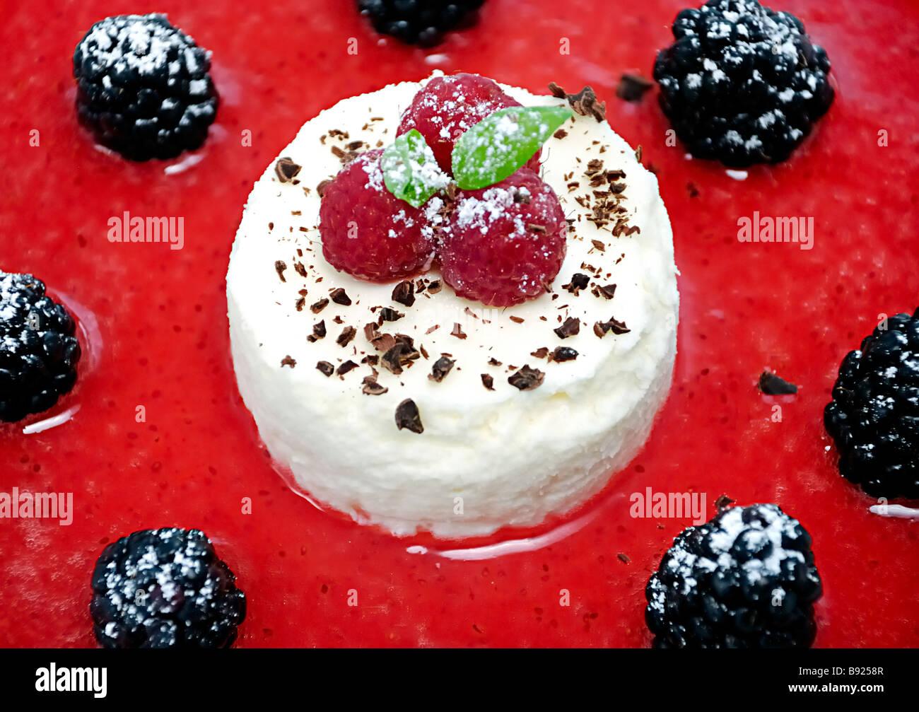 Cheesecake con frutti di bosco frutti Immagini Stock