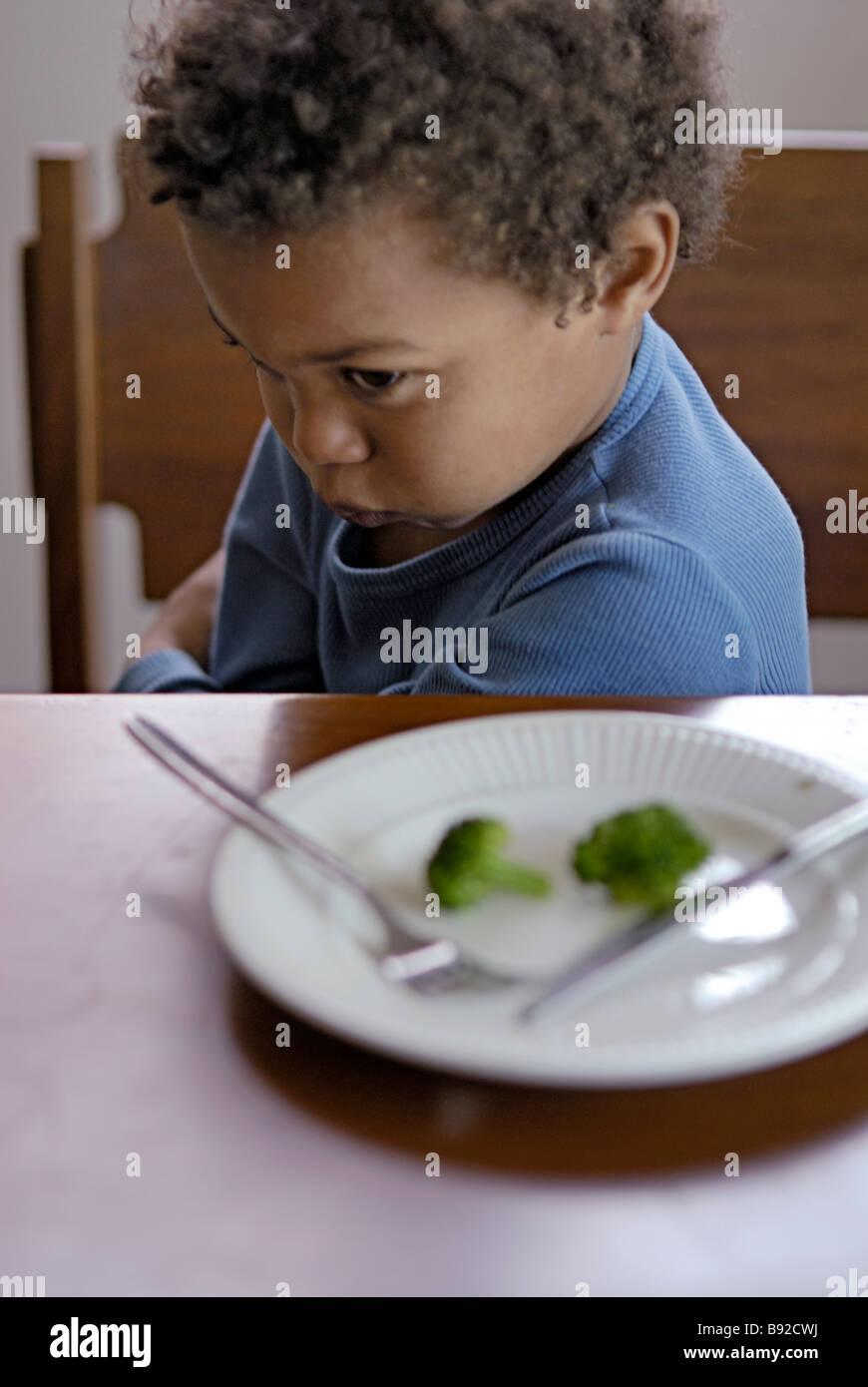 Ragazzo giovane rifiuta di mangiare i broccoli Cape Town Western Cape Province Sud Africa Immagini Stock