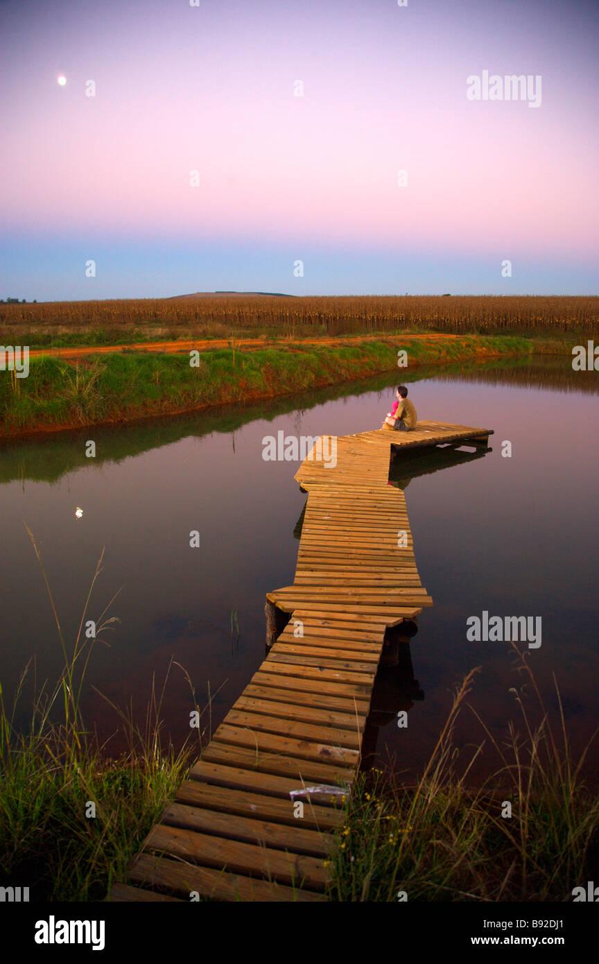 Padre con la figlia sul suo giro guardando la luna che sorge Luneburg Paulpietersburg Northern KwaZulu Natal Immagini Stock
